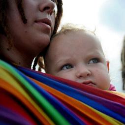 【感動】レズビアンカップルに育てられた青年のスピーチ「家族」